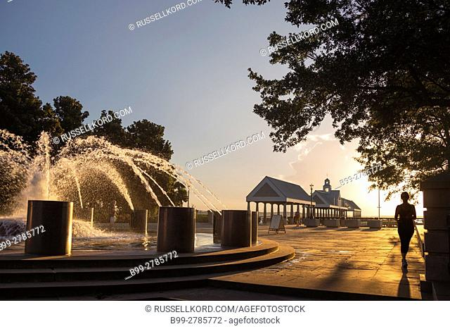 VENDUE FOUNTAIN WATERFRONT PARK DOWNTOWN CHARLESTON SOUTH CAROLINA USA