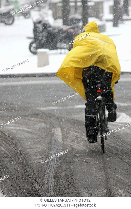 France, ile de france, paris 5th arrondissement, Snow, Snowy, Snowing, December 2009, Boulevard Saint Michel, Cyclist, bike rider with a yellow protective...