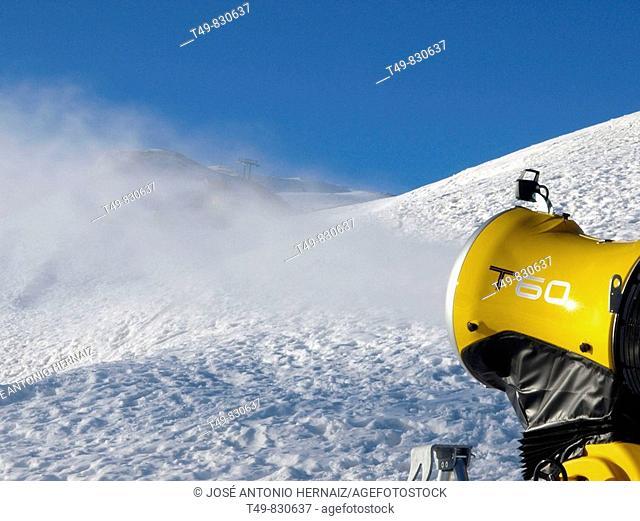 Cañon de nieve en la estacion de esqui de Formigal