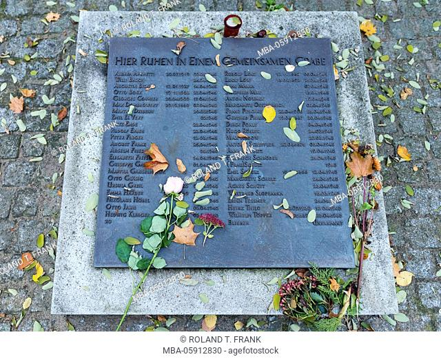 Germany, Berlin, gravestone disk of a communal grave in 1945, the Dorotheenstadt cemetery lies in the Mitte district of Berlin, in Chauslookstrasse No