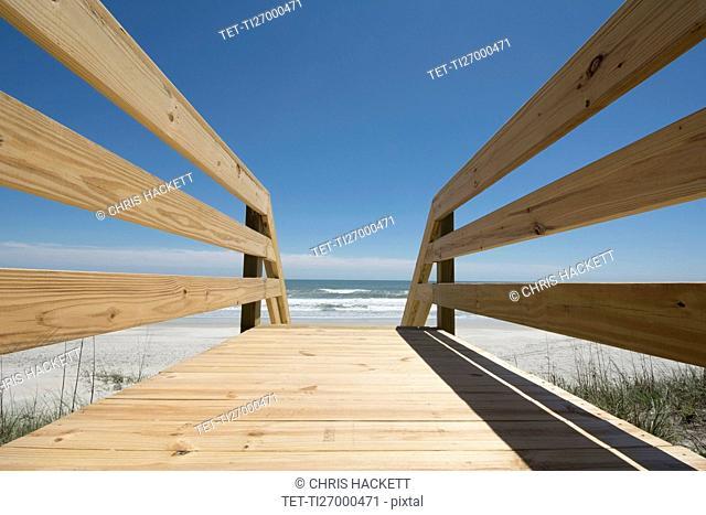 USA, North Carolina, Topsail Island, Boardwalk leading to beach
