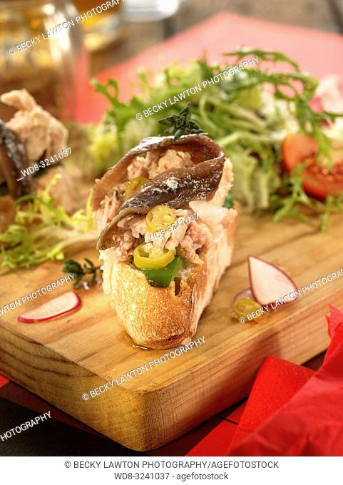 montadito de bonito, anchoa, guindilla, pimiento verde y mayonesa