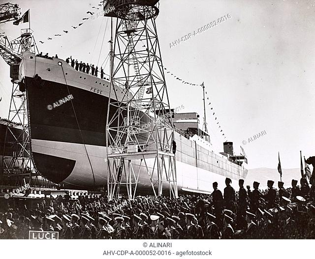 Album The Duce's trip to Trieste: Crowd waiting for the arrival of Benito Mussolini (1883-1945) in the shipyard San Marco in Trieste
