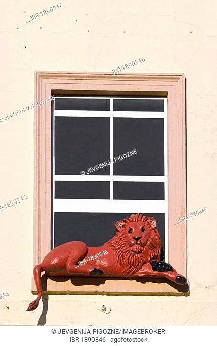 Red lion figure in a false window of Red Lion Hotel, London Street, Basingstoke, Hampshire, England, United Kingdom, Europe