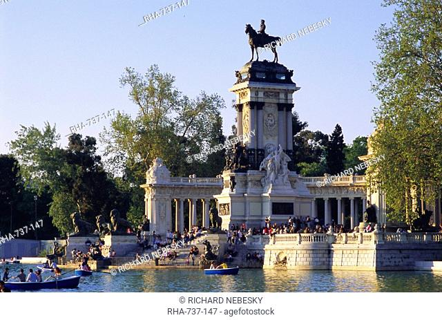 Lake and monument at park, Parque del Buen Retiro Parque del Retiro, Retiro, Madrid, Spain, Europe