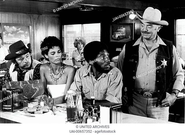 CONVOY / Convoy USA 1978 / Sam Peckinpah Szene mit 'Pig Pen' (BURT YOUNG), Melissa (ALI MCGRAW), 'Spider Mike' (FRAKLYN AJAYE) und 'Dirty' Lyle Wallace (ERNEST...
