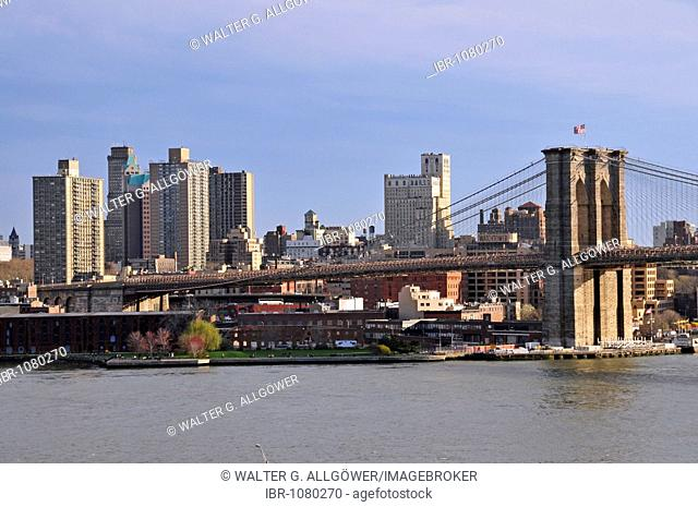 Brooklyn Bridge, at back the Watchtower Society, Jehovah's Witnesses, headquarters in Brooklyn, New York City, USA