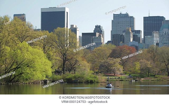 TILT UP SPRINGTIME THE LAKE CENTRAL PARK MANHATTAN SKYLINE NEW YORK CITY USA