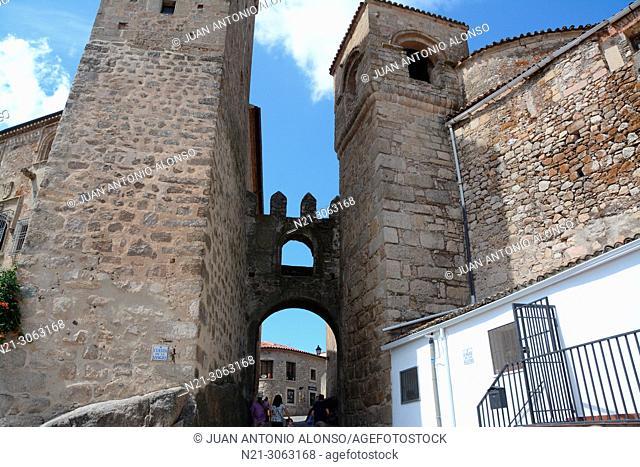 Puerta de Santiago on the Cuesta de la Sangre. Walled City. Trujillo, Caceres, Extremadura, Spain