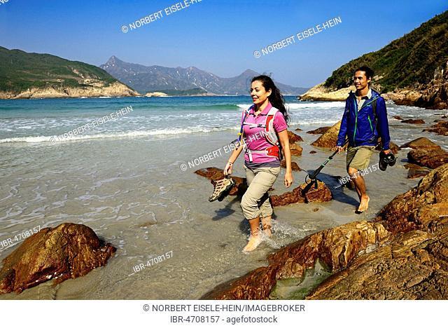 Hikers on Sai Wan Beach, Big Wave Bay, also Tai Long Wan, Sai Kung Peninsula, New Territories, Hong Kong, China