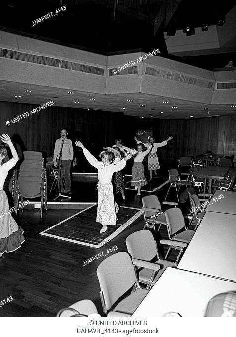 Bild aus dem Unterricht zu einer Theateraufführung in der Aula einer Schule in Krefeld, Deutschland 1980er Jahre. Lesson to a performance at a school in Krefeld