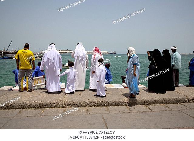 Qatar - Doha - Fish market on the corniche - Qatari buying fresh fishes
