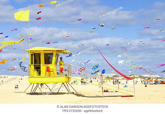 Fuerteventura, Canary Islands, Spain. 10th November 2018. View over Lifeguard station as hundreds of kites fly on El Burro beach dunes near Corralejo at the...