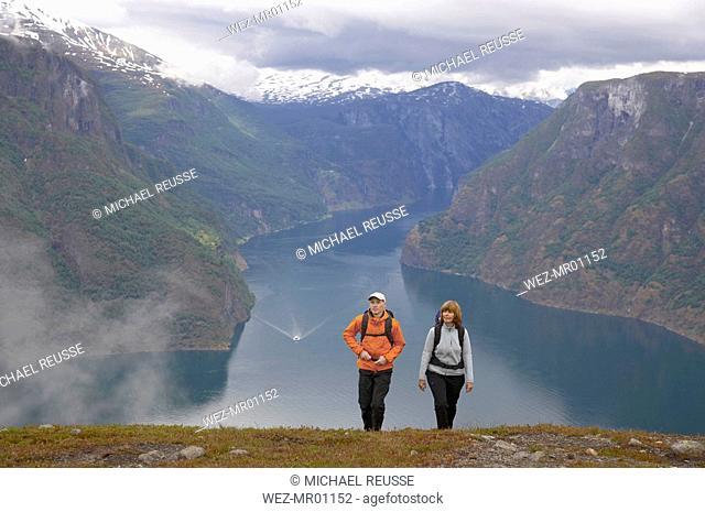Norway, Fjord Norway, Aurlandsfjord, Couple hiking