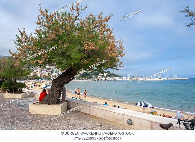 Beach and beach promenade, Le Lavandou, Var, Provence-Alpes-Cote d`Azur, France, Europe