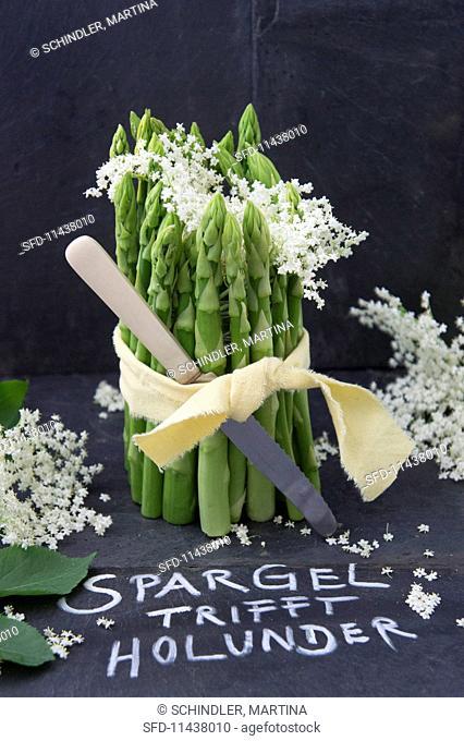 Green asparagus and elderflower table decoration