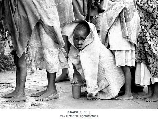 ANGOLA, MALANJE, 17.12.1993, AGO , ANGOLA : A boy is waiting in line with other displaced for food rations in a camp in Malanje