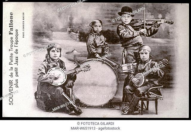 COSTUMI TRADIZIONALI orchestra tzigana di bambini. Souvenir de la Petite Troupe Fallone plus petit Jazz de l'Epoque. Cartolina postale, fotocollografia