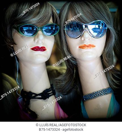 Manniquins with sunglasses