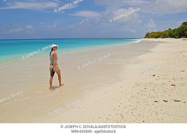Walking on beach Bikini Atollagua , océano pacífico , tropical , oce , micronesia , Rongelap , Islas Marshall
