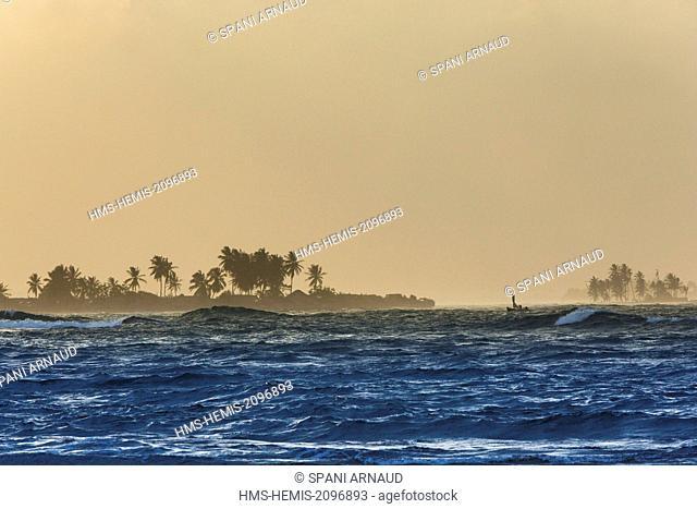 Panama, San Blas archipelago, Kuna Yala, Kunas indigenous community, Seascape islands at sunset