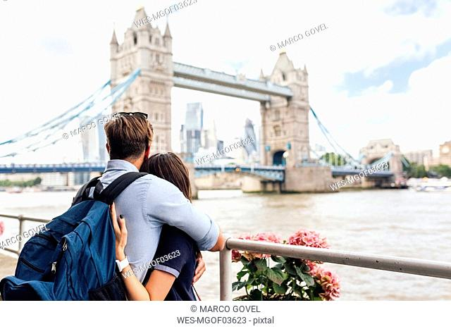 UK, London, couple in love looking at the Tower Bridge