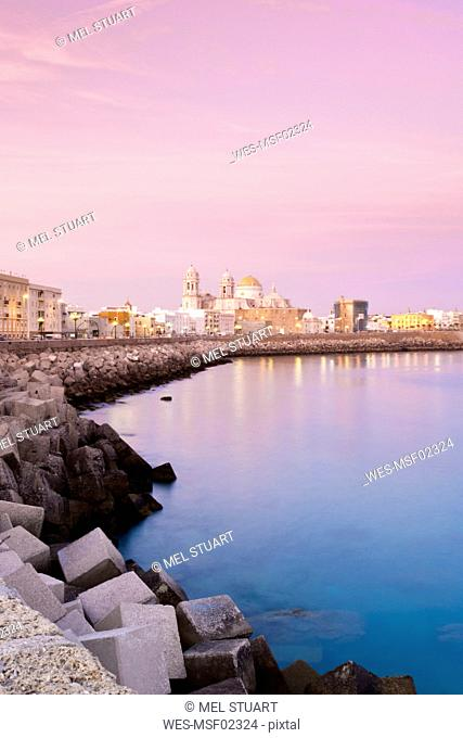 Spain, Cadiz, View of cityscape with sea