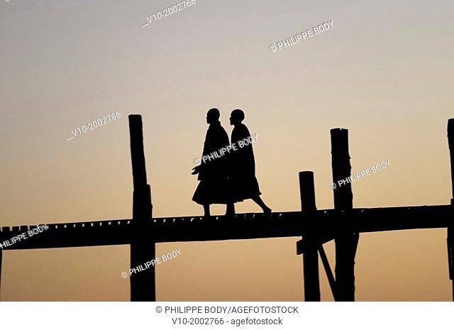 Burma, Myanmar, Amarapura, U Bein, lake Taungthman and bridge in teak wood