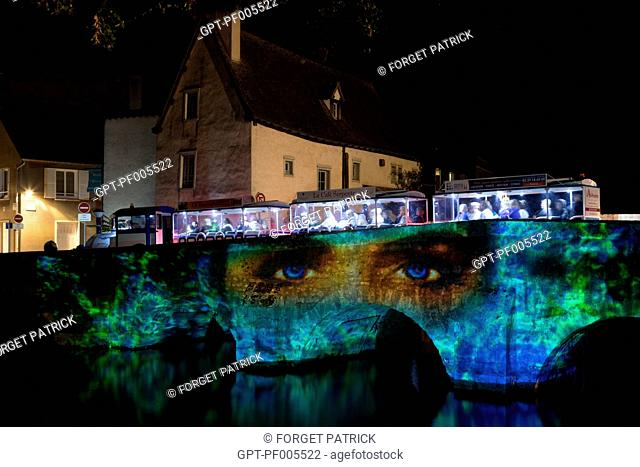 THE BLUE SIGHTSEEING TRAIN FOR DISCOVERING CHARTRES IN LIGHTS ON THE PONT DES MINIMES BRIDGE, CITY OF CHARTRES (28), FRANCE
