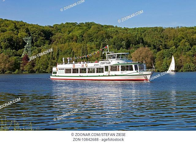 Baldeneysee mit dem Foerdegeruest der Zeche Carl Funke, einem Motorschiff und einem Segelboot, Essen, Ruhrgebiet, Nordrhein-Westfalen, Deutschland, Europa