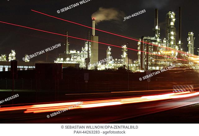 View at night of the TOTAL oil refinery in Leuna, Germany, 06 November 2013. Photo: Sebastian Willnow/dpa | usage worldwide