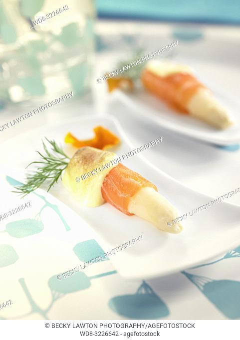pinchos de esparragos con salmon / pincho of asparagus with salmon