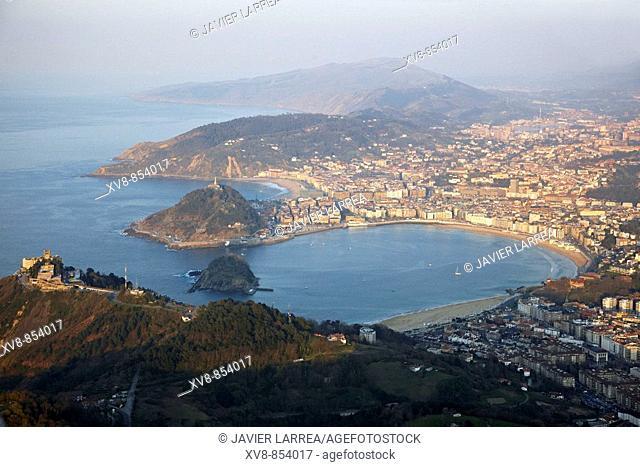 Bahia de La Concha, Monte Igueldo in foreground, San Sebastián (Donostia), Gipuzkoa, Basque Country, Spain