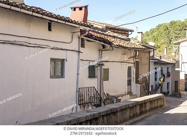 Calle típica en Santa Cruz del Valle. Barranco de las cinco villas. Valle del Tiétar. Provincia de Ávila, Castile-Leon, Spain
