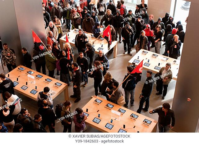 Strike anarchist unions, informational picket CNT union in the Appel Store, Barcelona, Spain