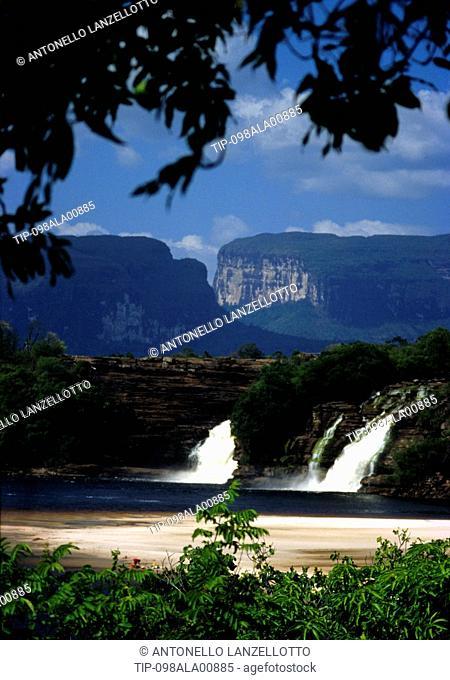Venezuela, Bolivar state, Gran Sabana, Parque Nacional Canaima, Laguna Canaima, saltos Hacha y Wadaima, Kuravaina tepuy