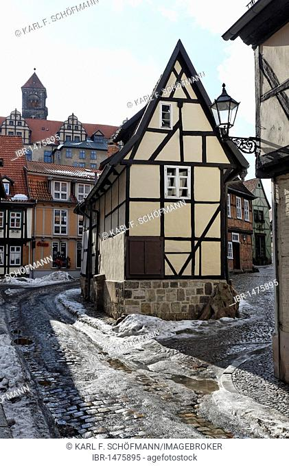 Romantic alley in the historic centre, narrow half-timbered house, winter, Finkenherd, Quedlinburg, Harz, Saxony-Anhalt, Germany, Europe