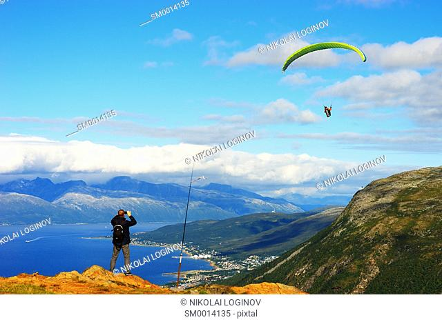 Man taking picture of Norway kite flyer background hd