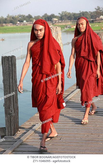 Myanmar, Burma, Amarapura, U Bein Bridge, monks