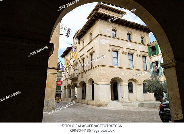 Ayuntamiento, La Sala, construido en S. XVII, principalmente por el arquitecto Antoni Vaquer Noguera y más tarde Pedro Alcántara Peña