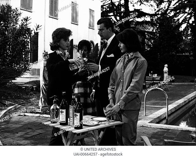 IL SICARIO / Il Sicario Italien 1960 / Damiano Damiani Trink-Szene im Garten mit SYLVA KOSCINA, BELINDA LEE Regie: Damiano Damiani aka