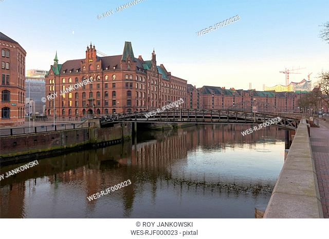 Germany, Hamburg, Zollkanal in the Speicherstadt at sunrise