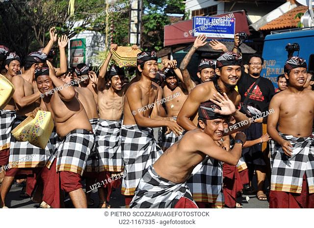 Denpasar (Bali, Indonesia): folkloristic group on parade at the Bali Arts Festival's opening