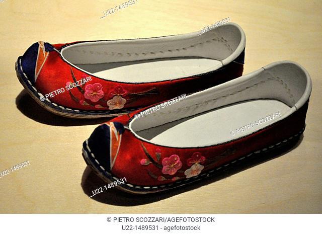 Seoul (South Korea): shoes at the National Folk Museum
