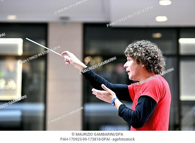 """The new chief conductor Robin Ticciati of the German Symphony Orchestra leads the """"""""Symphonic Mob"""""""", Berlin's largest spontaneous orchestra at the Mall of..."""