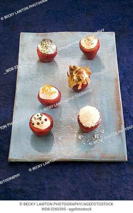fresas rellenas de nata y queso fresco con frutos secos, semillas y especias