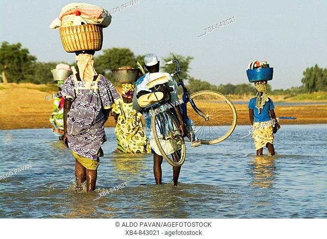 Mali, Djenné, crossing to the market