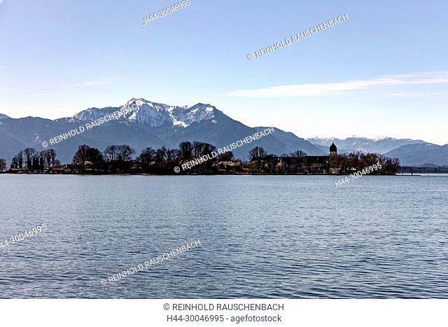 Vom Schiff aus Gstadt kommend liegt die gesamte kleine Insel vor den Chiemgauer Alpen, hier Hochgern und Hochfelln