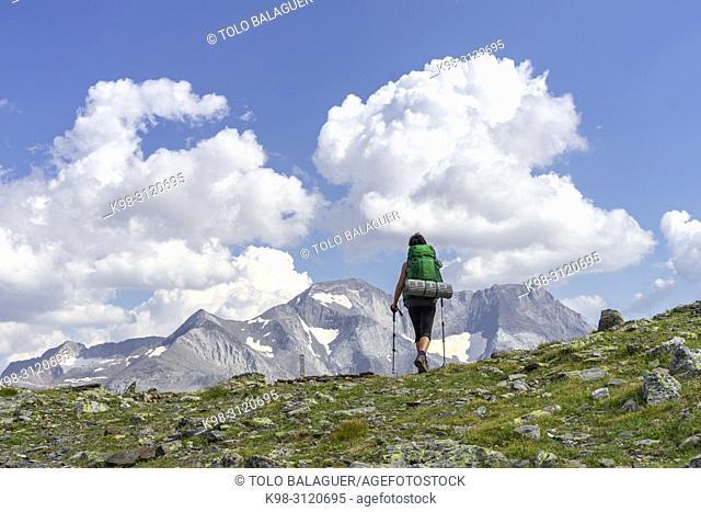 escursionista frente al pico Posets, 3371 mts, Valle de Añes Cruces, parque natural Posets-Maladeta, Huesca, cordillera de los Pirineos, Spain