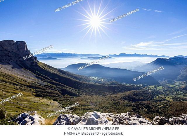 France, Isere, regional natural reserve of Vercors, cliff of the Rock of des deux soeurs (2173m), seen on Valbonnais et l'Oisans since the pass of Moucherolles...